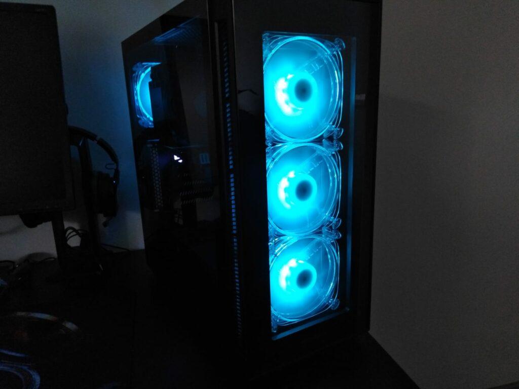 Außenansicht eines von mir gebauten PCs mit vier blau beleuchteten Lüftern.